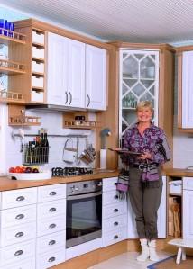 Keittiön tunnelma syntyi vanhasta pitsi-ikkunasta, josta tehtiin kulmakaapin ovi