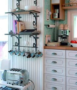 Rautahyllykössä Uma säilyttää ajankohtaisia keittokirjoja sekä kauniita astioita ja esineitä