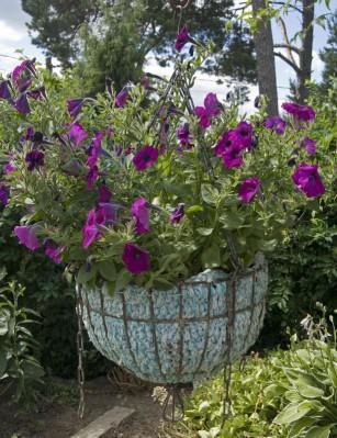 Kätevä istutusastia kesäkukille syntyy värikkäistä matonkuteista ja jätesäkistä