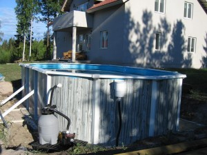 Pohjalle tarvitaan noin kahden sentin kerros vettä, jotta altaan pohja voidaan kiristää