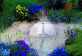 Gardena-allasgeneraattorilla saat suihkulähteeseen valo- ja sumuefektejä
