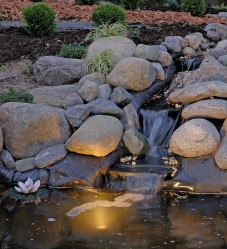 Valaistus korostaa veden liikettä