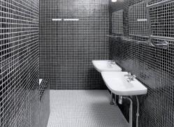 Vuonna 1966 valmistuneen talon kylpyhuone oli synkkä ja epäkäytännöllinen