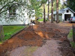 Sepeliä ja maata kaivettiin pois noin 20 sentin syvyydeltä ja 120 neliön alueelta.