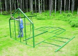 Kasvihuoneen mukana tulivat selkeät ohjeet, mutta aloittelevat puutarhurit halusivat luottaa kokoamisessa ammattimieheen.
