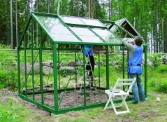 Koska myös kasvihuoneen katto on lasia, on talvella oltava tarkka, ettei lumimassa pääse rikkomaan sitä.