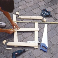 Sahaa puuosat tarvikelistan mukaan, jätä pyöristettäviin ja viistettäviin osiin työvaraa.