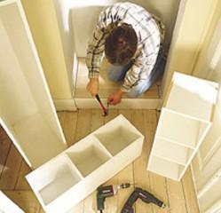 Tee sokkeli, jonka yläreuna ulottuu lattialistan yläreunan tasoon