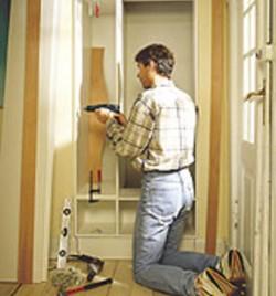 Kiinnitä komero ja ylempi lokerikko. Jätä jälleen etureunat 6 milliä ulospäin seinäpinnan tasosta