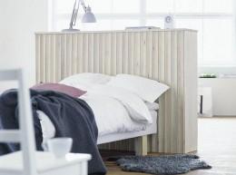 Hyllykkö, jonka tausta päällystettiin koverilla listoilla, toimii tilanjakajana ja kätkee sängyn katseilta