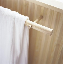 Kahdesta eripaksuisesta pyörölistasta saadaan tyylikäs pyyheliinateline pesuhuoneen seinälle