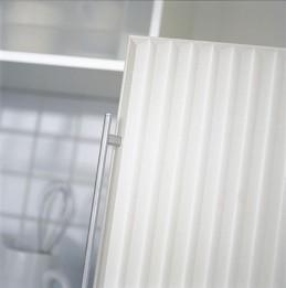 Vanha, ikävä jääkaapinovi saatiin herkullisen näköiseksi päällystämällä se kolmiolistalla