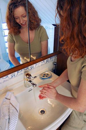 Käsiä tulisi pestä noin 15 sekuntia. Muista myös huolellinen kuivaus ja mahdollisuuksien mukaan desinfioiva käsigeeli.