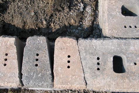 Keystonen kivet voidaan latoa joko tiiviisti toisiinsa kiinni tai niiden väli jätetään maantäyttöpuolelta avoimeksi. Tämä tuo muurille useita kokonaispituusvaihtoehtoja.
