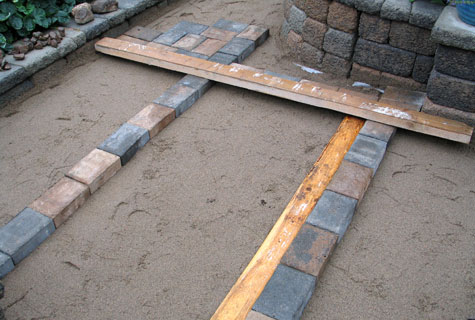 Kivet ladottiin asennushiekan päälle linjalautojen avulla. Työ sujui nopeasti siitäkin huolimatta, että ladottava alue oli monimuotoinen.