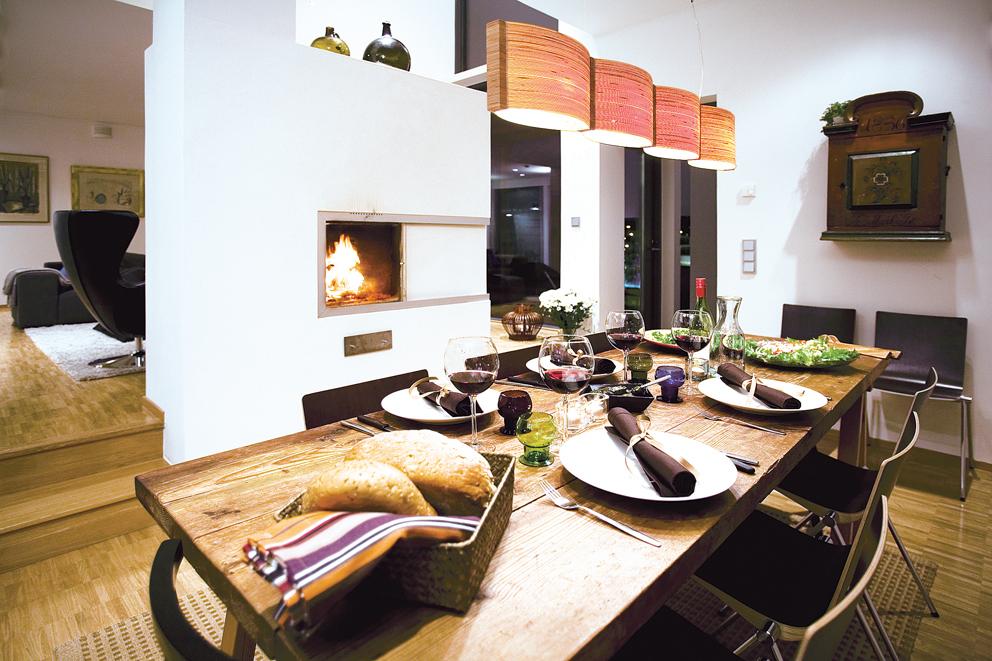 Lämmintä valoa. Ruokapöytänä on pukkijaloille nostettu parisataa vuotta vanha pöytälevy. Tuolit Samuli Naamangan. Baarin virkaa toimittaa taustalla näkyvä vanha renginkaappi. Kattovalaisin on turkulaisen Nolla Nollan.