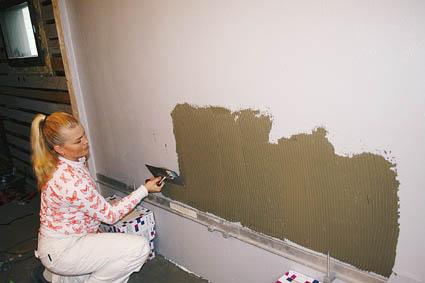 Levitä laasti seinään kampalastalla.