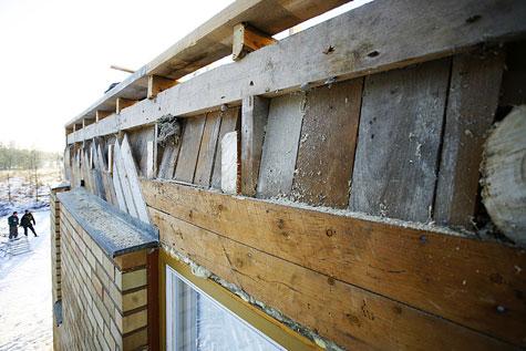 Räystäspattia purettaessa vanhat kattoniskat katkaistiin ja pohjalaudoitus peitettiin talon seinustan yläosasta tuulensuojalevyn alle.