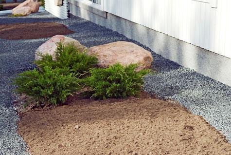 Pihan kulkureitit ja kiveykset ovat valmiit ja multaukset on tehty. Piha odottaa istutettavia kasveja.