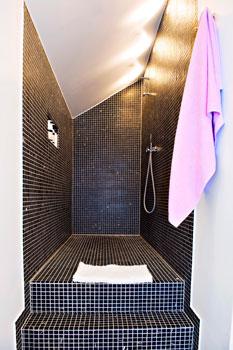 Lattian kaltevuus pitää vedet visusti suihkutilassa.