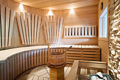 Tervalepästä rakennetun saunan kaikki lauteet nousevat helposti pesua varten ylös.