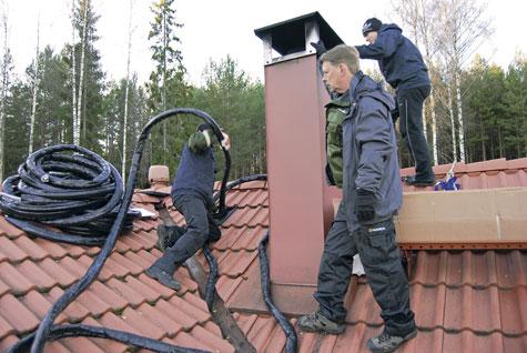 Eristettyä putkea syötetään sisään piipun viereen tehdystä aukosta määränpäänä kellarikerroksen varaaja.