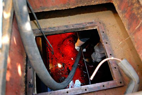 Käyttökelpoinen öljy imaistaan säiliöstä talteen. Sakkaantunut öljy imetään toiseen tankkiin ja se menee Ekokemiin jatkokäsiteltäväksi.