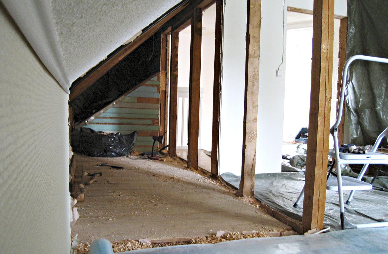 Purkuvaiheessa kannettiin noin 6 x 2 metrin kylmästä tilasta alas ja ulos 10 jätesäkillistä purkueristettä. Osa kylmävintistä oli eristetty ja muutettu makuuhuoneiksi jo aiemmin.