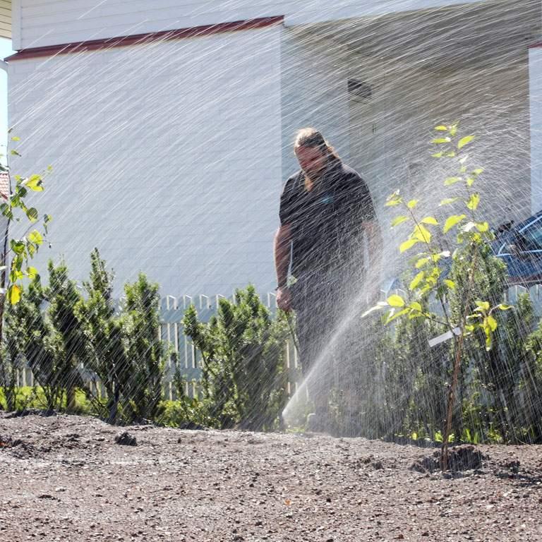 Loppusäätö. Kun järjestelmä on asennettu ja peitetty, sadettimeen säädetään kastelusektorin reunat ja vesisuihkun korkeus. Henri Schalin Rainset Oy:stä tarkkailee veden suihkuamissuuntaa.