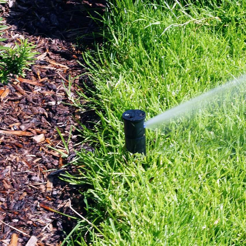Sadetin upotetaan maahan nurmikon pinnan alapuolelle. Veden paine ponnauttaa sen suutimen ylös kastelun ajaksi.
