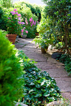 Kiemurtelevat käytävät saivat korvata puutarhaa peittäneen nurmikon, kun perhe muutti rivitaloon.