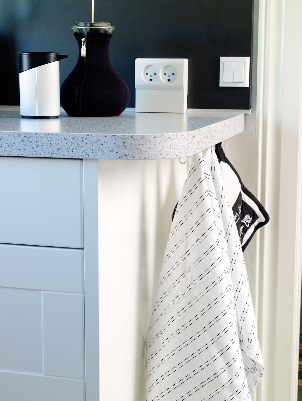 Keittiöpyyhkeet ovat piilossa tason reunan alla.