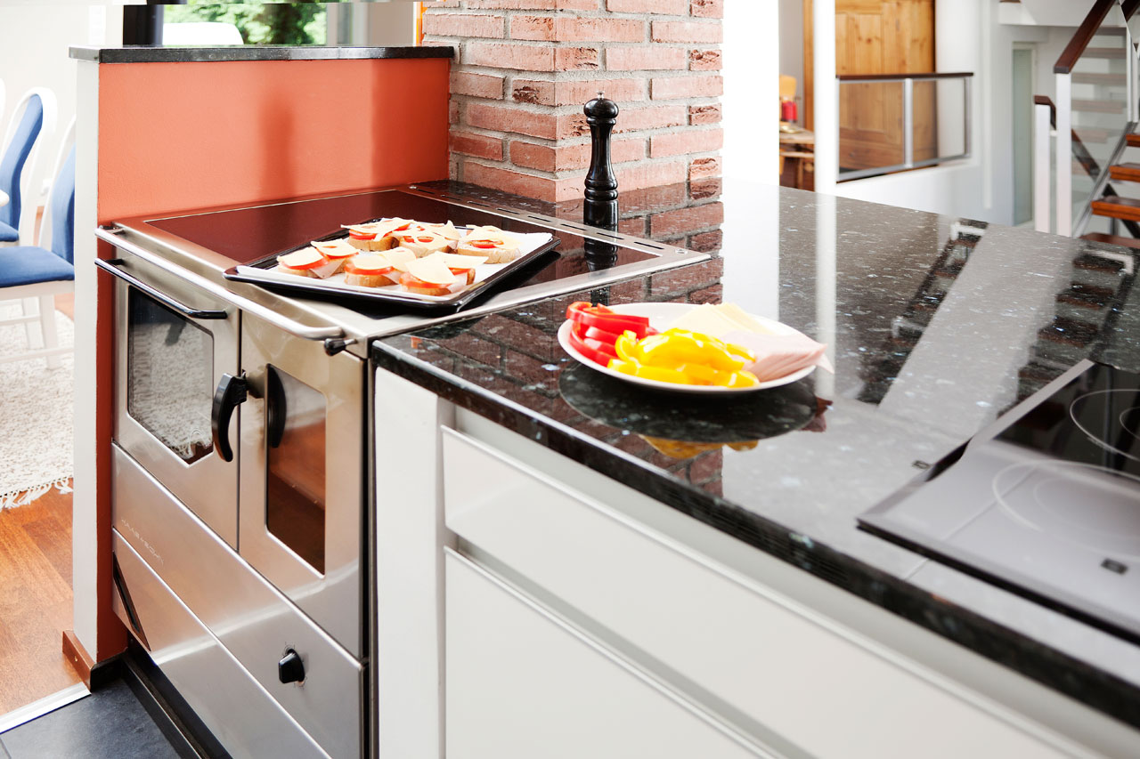 Induktio ja puuliesi ovat oiva pari kiireisen, mutta hyvää ruokaa rakastavan perheen keittiössä. Haas + Sohn -puuliesi Lämpömaalta.