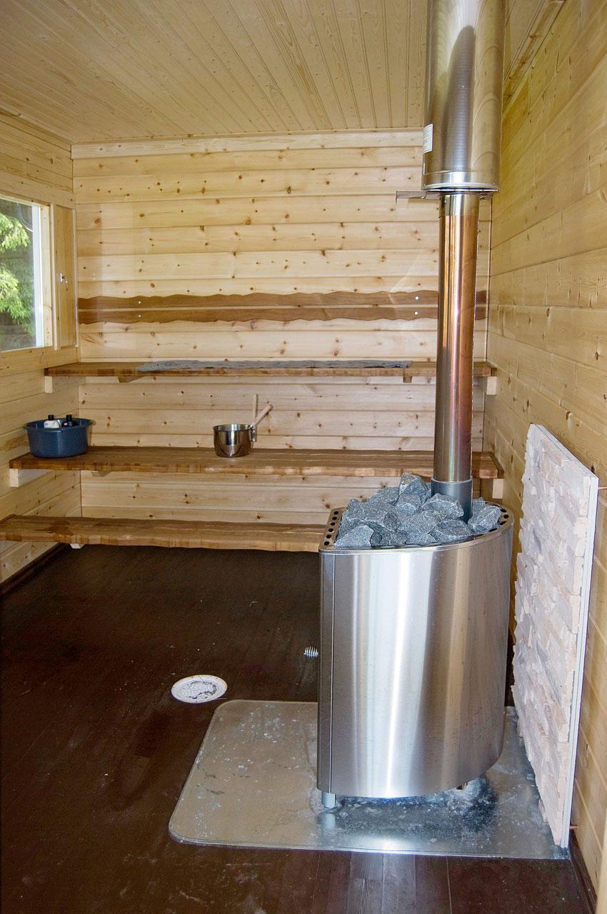Rosterikiuas takaa nautinnolliset löylyt: pesällinen puita ja sauna on todella lämmin!