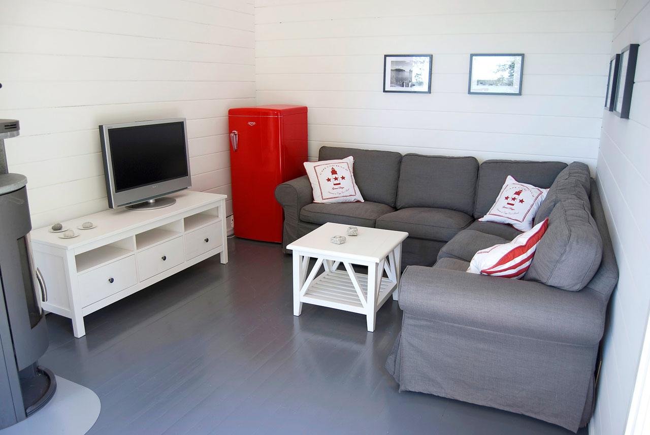 Punainen jääkaappi löytyi Upon retromallistosta. Saunatupa ilman jääkaappia on kuin sauna ilman kiuasta!