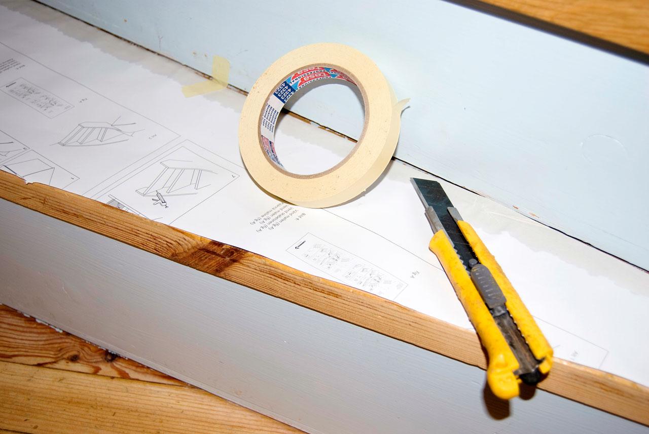 Jokaisesta askelmasta tehtiin oma sapluuna jonka mukaan levy leikattiin oikean kokoiseksi. Sapluuna teipataan paikalleen ja leikataan tarkasti terävällä mattoveitsellä oikean kokoiseksi.