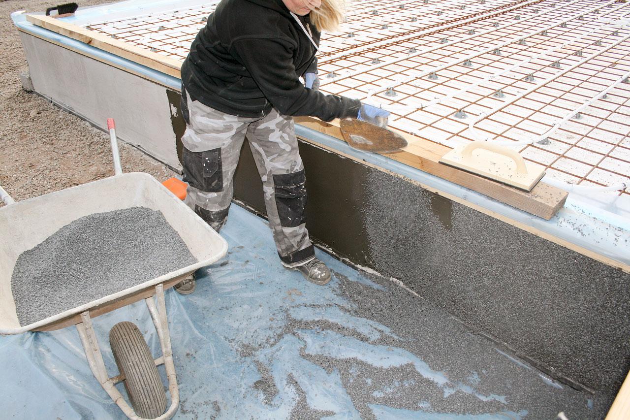 Tuoreeseen laastiin heitetään kivet kiinni. Rouheita on saatavilla eri kivikokona. Kivirouheita sekä laasteja on useita eri värejä.