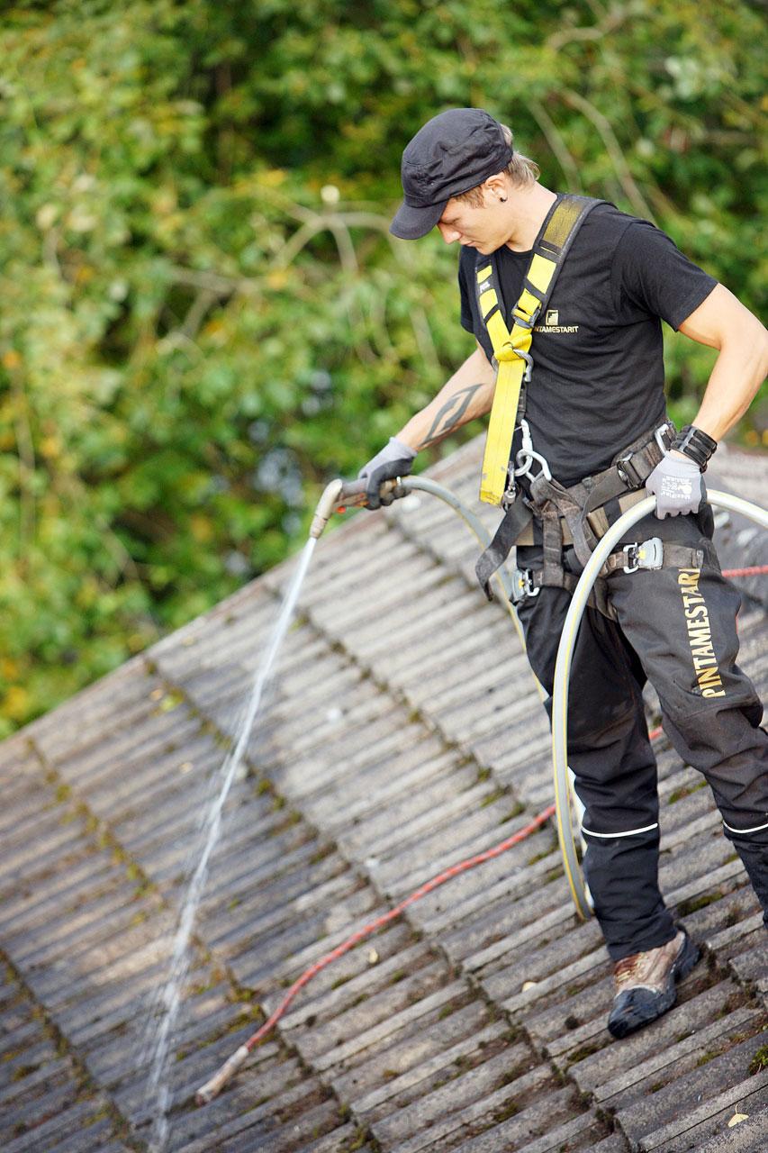 Pesuaine levitetään katolle painepesua varten.