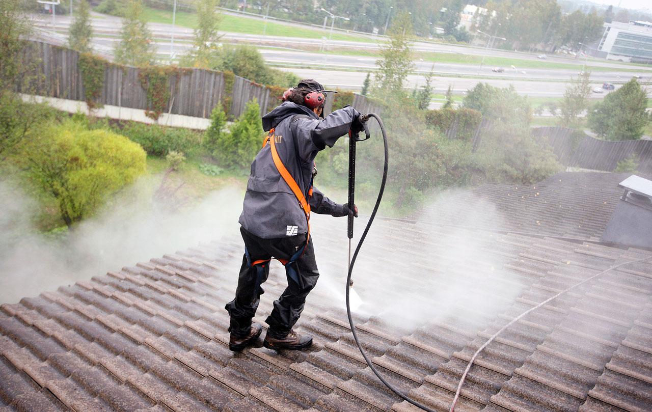 Pesuaineen levityksen jälkeen katto pestään ja steriloidaan painepesurilla alhaalta ylöspäin.