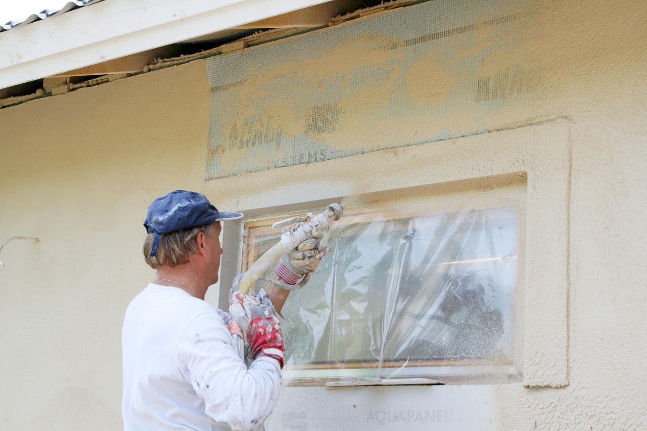 Pohjalaasti ruiskutetaan seinään ja tasoitetaan. Rappausverkko painetaan kiinni tuoreeseen laastiin. Verkon päälle ruiskutetaan pohjalaasti ja tasoitetaan vielä kerran. Pohjalaastin annetaan kuivua ennen pintarappausta.
