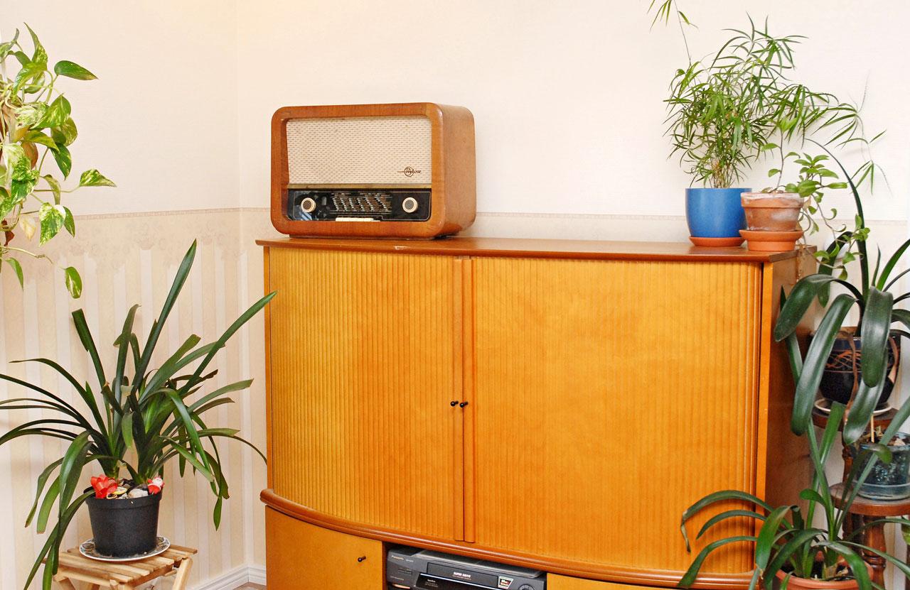 Vanha kunnon putkiradio olohuoneessa kuuluu talon alkuperäiseen esineistöön.