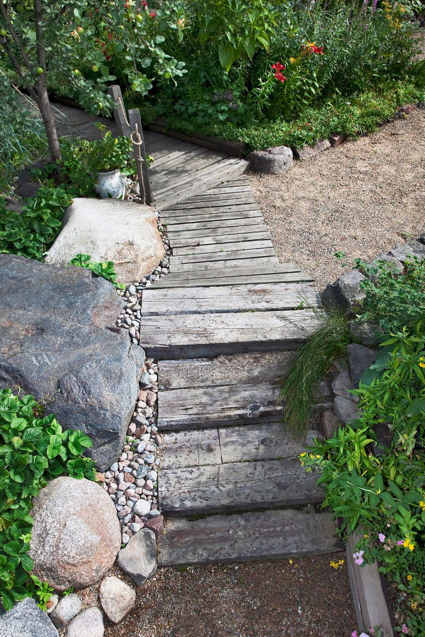 Erilaiset rakennelmat, kuten kivipolut ja puukäytävät ovat käytännöllisiä, mutta samalla romanttisia.