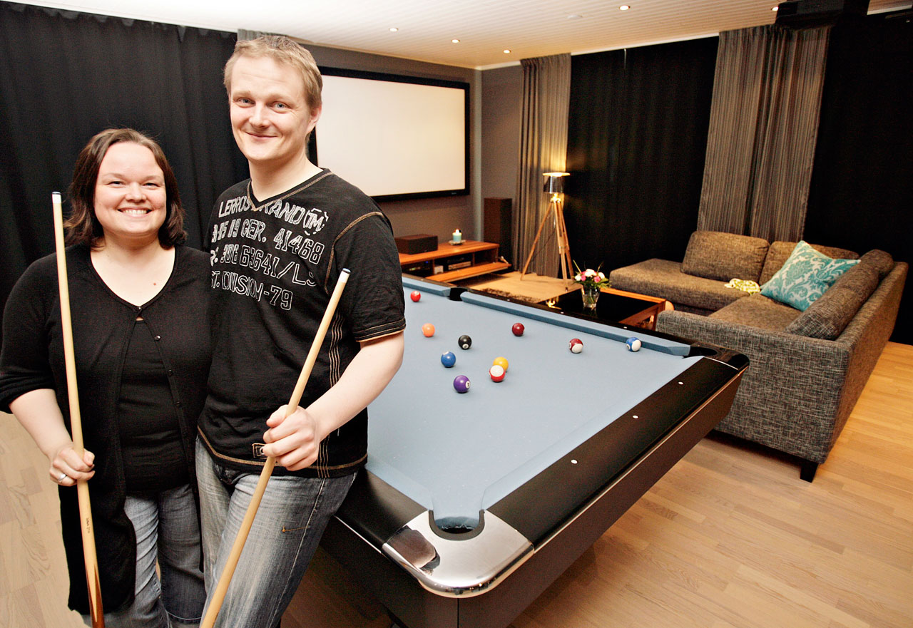 Katja ja Pasi hankkivat viihdehuoneensa lisämausteeksi tyylikkään biljardipöydän.