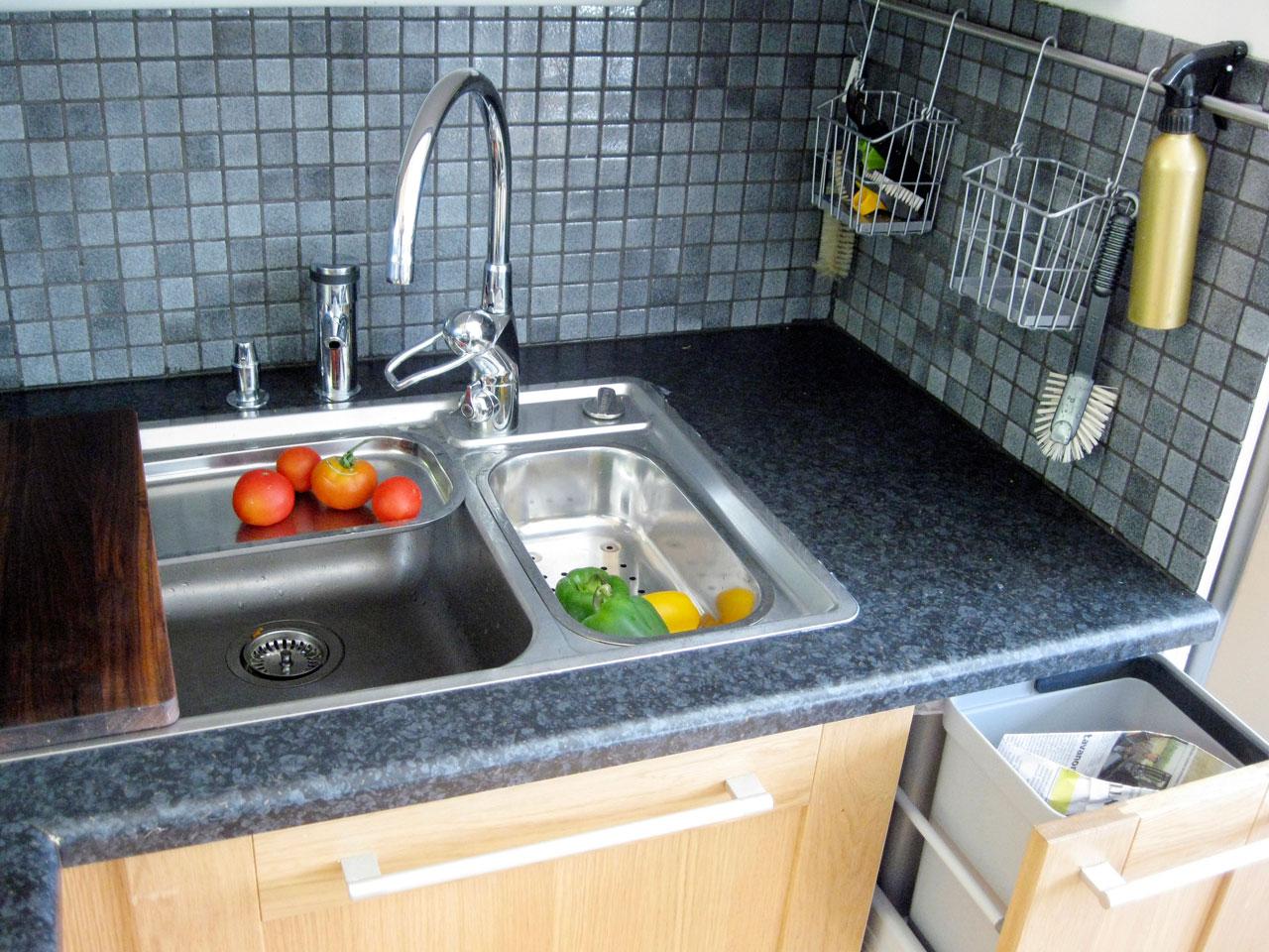 Kun keittiössä käytetään ahkerasti kasviksia, on tiskipöytä keittiön ehdoton ydin. Blancon pöytään kuuluu vakiona kaatoaltaaseen ja isoon altaaseen sovitettava lävikkö ja teräslautanen sekä päälle liukuva leikkuulauta, mistä on kätevä vetää viipaloidut kasvikset suoraan vaikka pannulle. Pohjatulpan sulkuhanikka pöytätasossa on hintansa arvoinen. Kompostiastia välittömässä läheisyydessä säästää monelta turhalta leikkuujätteiden siirtelyltä paikasta toiseen.