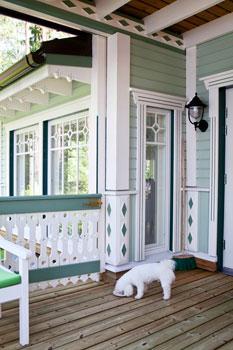 Huvila on maalattu kolmella eri Tikkurilan Tehoöljymaalin vihreän sävyllä ja valkoisella.