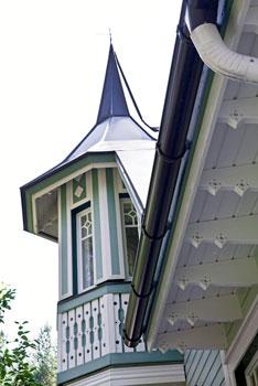 Koristeellinen torni ja talon monet yksityiskohdat ovat todellisia puusepäntyön taidonnäytteitä.