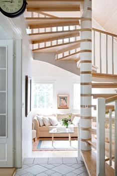 Yläkertaan nousevan kauniin portaikon valmisti Nikkaristo.