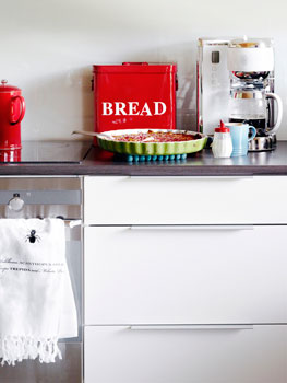 Punaiset tavarat piristävät valkoista keittiötä