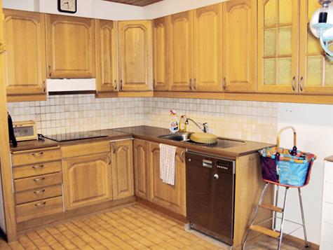 Keittiössä oli ennen puiset kaapinovet ja keltainen laattalattia.