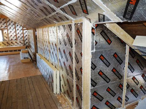 Huoneen seiniin ja kattoon asennettiin kotimaiset, vähän tilaa vievät SPU Vintti-Iita -levyt